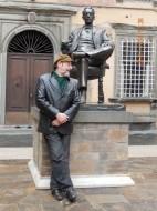 Sergio Casoy diante da estátua de Puccini em Lucca, perto da casa natal.29.01.2014